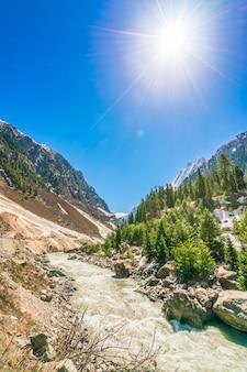 Mooie rivier en sneeuw bedekt bergen landschap kashmir staat, india