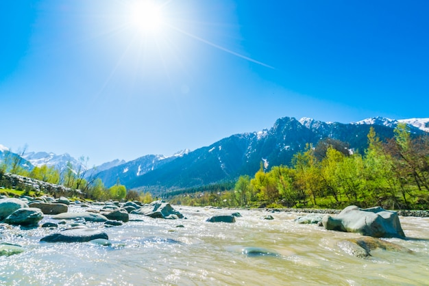 Mooie rivier en sneeuw bedekt bergen landschap kashmir staat, india.