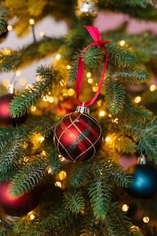 Mooie rode bal, kerstboom speelgoed