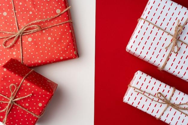 Mooie rode en witte compositie met kerstcadeaus, van bovenaf bekijken