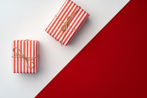 Mooie rode en witte compositie met kerstcadeaus