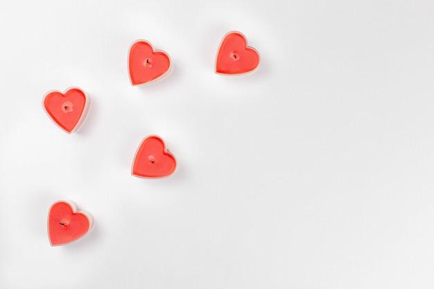 Mooie rode kaarsen in de vorm van een hart op een witte achtergrond voor valentijnsdag