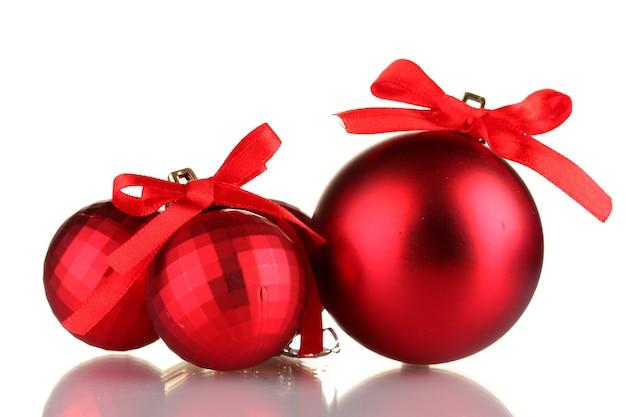 Mooie rode kerstballen geïsoleerd op wit
