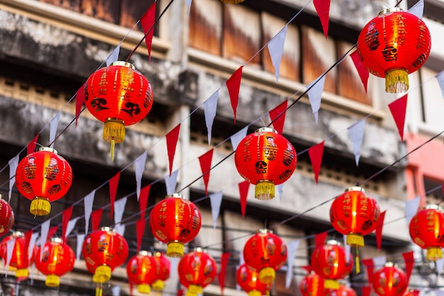 Mooie rode lantaarndecoratie voor chinees nieuwjaarsfeest bij chinees heiligdom oude chinese kunst, het chinese alfabet zegeningen erop geschreven, is een openbare plaats