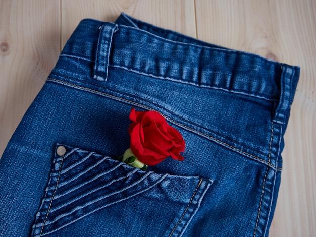 Mooie rode roos in jeanszak Premium Foto