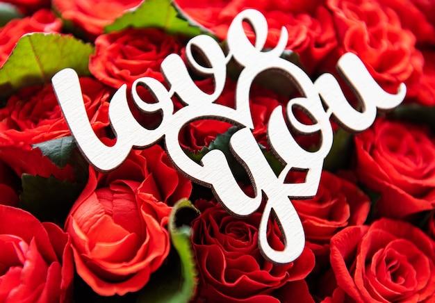 Mooie rode rozen met liefde je inscriptie