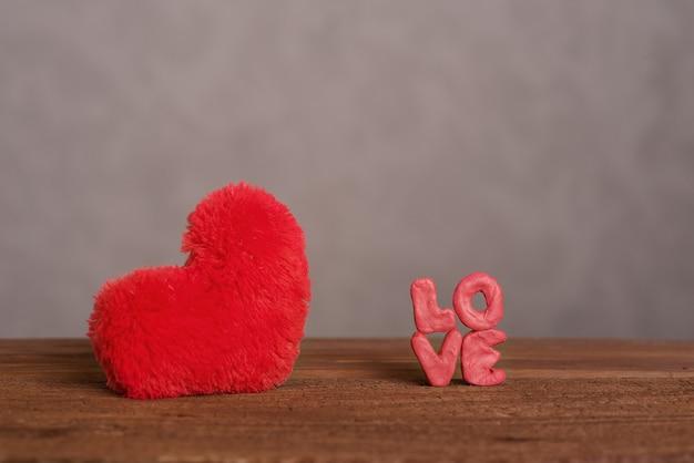 Mooie, romantische kaart voor de dag van de liefhebbers. pluizig, rood, zacht hart en daarnaast staat het opschrift 'liefde'.