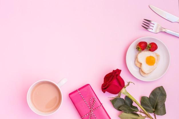 Mooie romantische samenstelling van ontbijt met cadeautjes