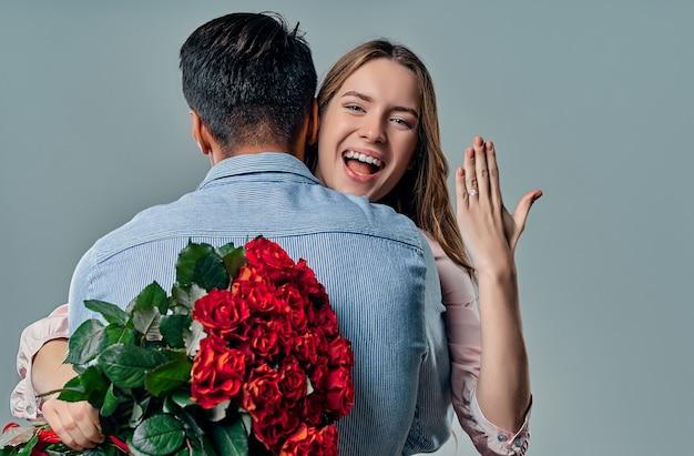 Mooie romantische verliefde paar geïsoleerd op grijs.