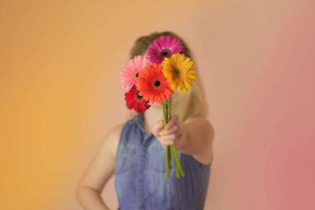 Mooie romantische vrouw met kamille boeket. vrolijke jonge dame en bloemen kamille in handen.