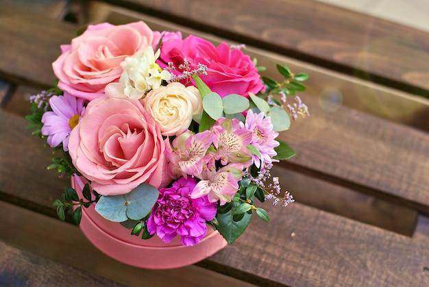 Mooie ronde roze doos met bloemsamenstelling van rozen