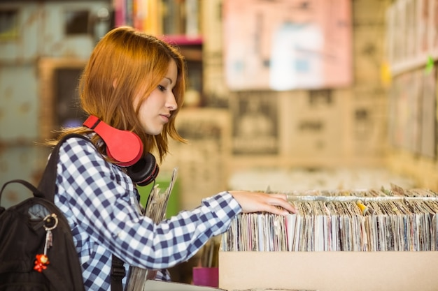 Mooie roodharige op zoek naar een vinyl