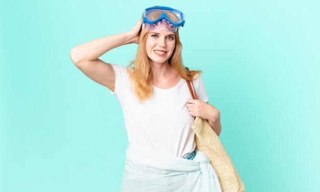 Mooie roodharige vrouw die zich gestrest, angstig of bang voelt, met handen op het hoofd met een veiligheidsbril. zomer concept