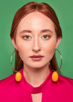 Mooie roodharige vrouw fruit oorbellen dragen
