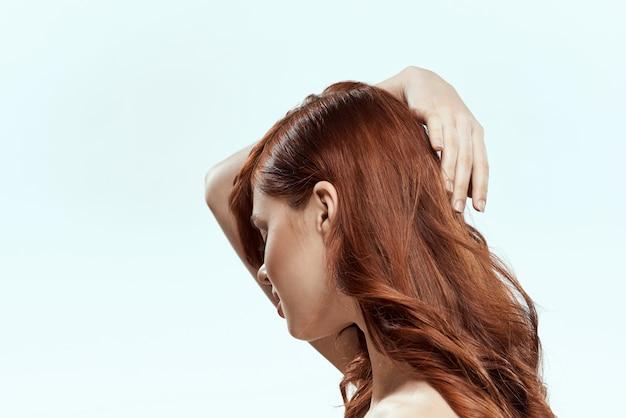 Mooie roodharige vrouw met krullend haar. haarverzorging, gezond en glanzend, zonder gespleten punten