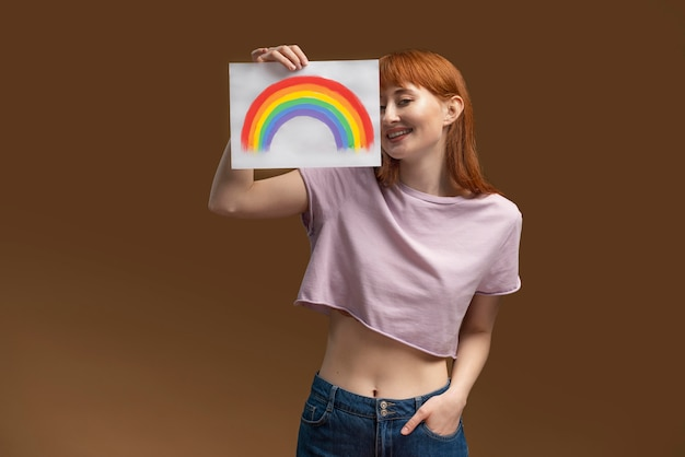 Mooie roodharige vrouw op pride-dag