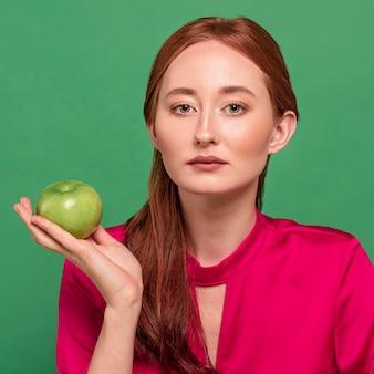Mooie roodharige vrouw portret met groente