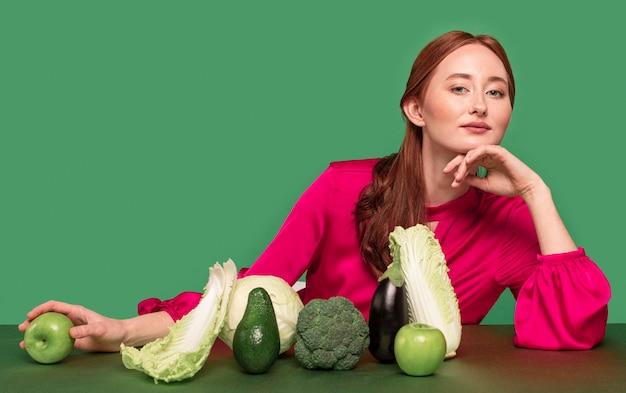 Mooie roodharige vrouw portret met groenten