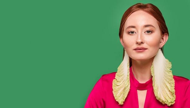Mooie roodharige vrouw portret sla oorbellen