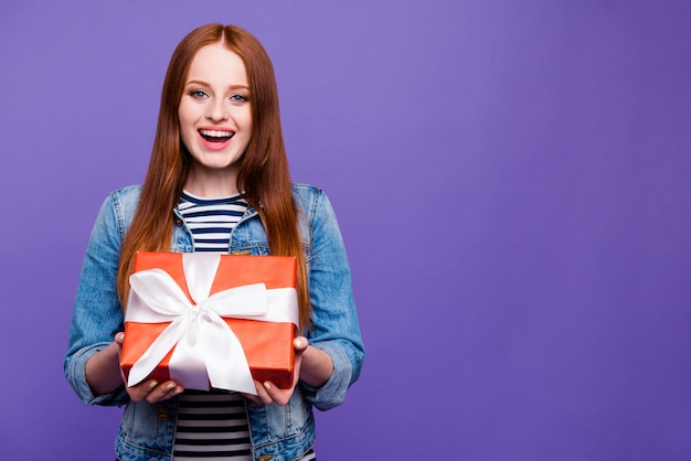 Mooie roodharige vrouw poseren met een groot cadeau