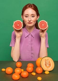 Mooie roodharige vrouw poseren met fruit