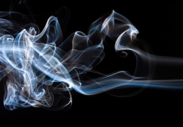 Mooie rooksamenvatting op zwarte achtergrond, brandontwerp