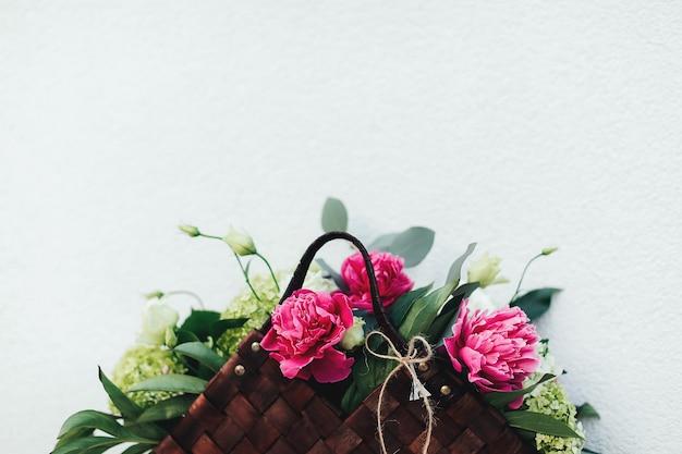 Mooie roze bloemen in de houten mand.