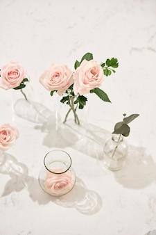 Mooie roze bloemen in vaas