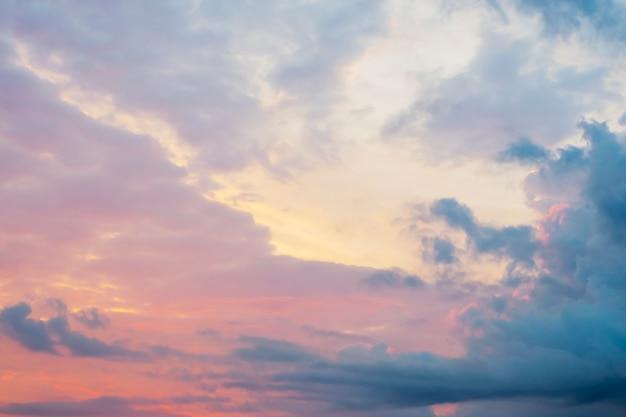 Mooie roze en blauwe hemel bij zonsopgang