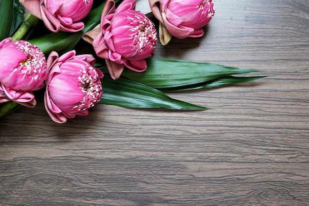 Mooie roze lotusbloem voor het bidden van boeddha op houten achtergrond