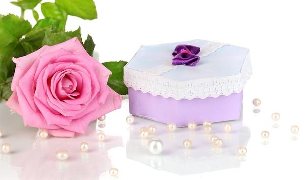 Mooie roze roos met prachtig cadeau in paarse doos geïsoleerd op wit