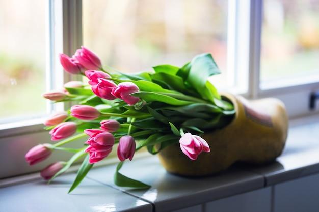 Mooie roze tulpen bij de klomp. amsterdam