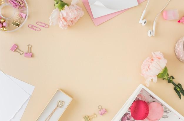 Mooie rozen en macarons kopiëren ruimte