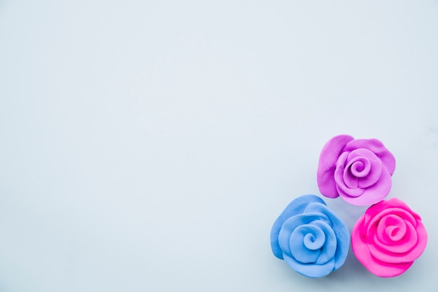 Mooie rozen gemaakt met kleurrijke klei op grijze achtergrond