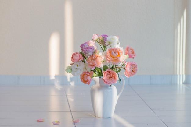 Mooie rozen in keramiek witte kan
