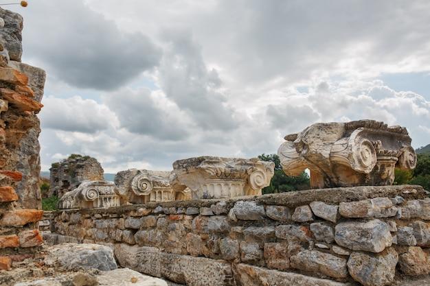Mooie ruïnes van stedelijke architectuur, sierlijke decoratie van gebouwen, delen van de ruïnes en ruïnes van de oude oudheid.