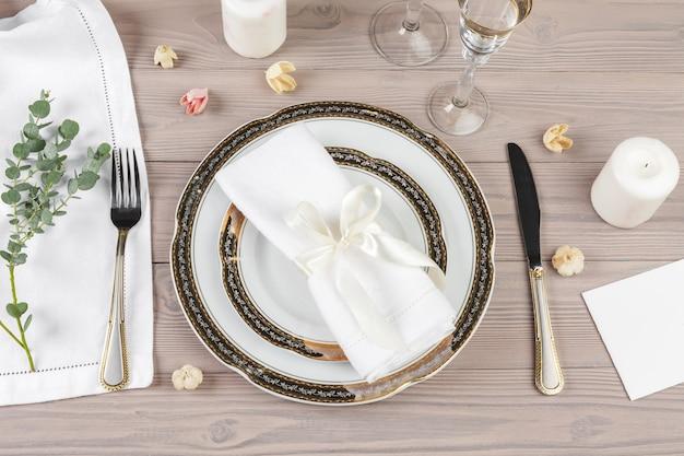 Mooie rustieke tafel instelling op houten tafel