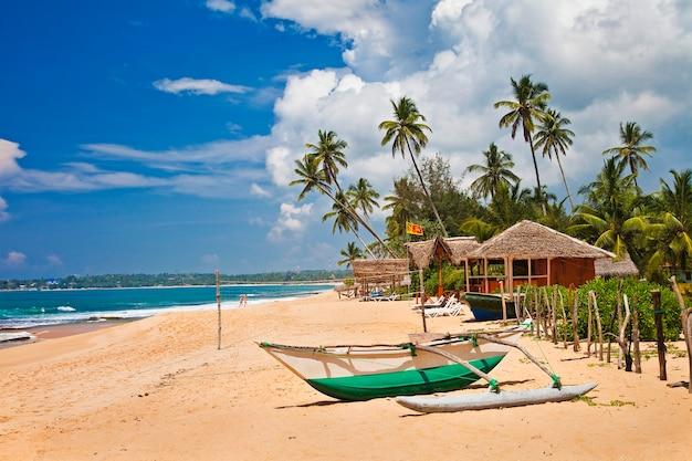Mooie rustige stranden van sri lanka. dorp tangale, ten zuiden van het eiland