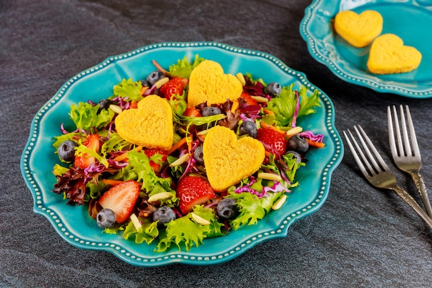 Mooie salade met kipnuggets voor valentijnsdag