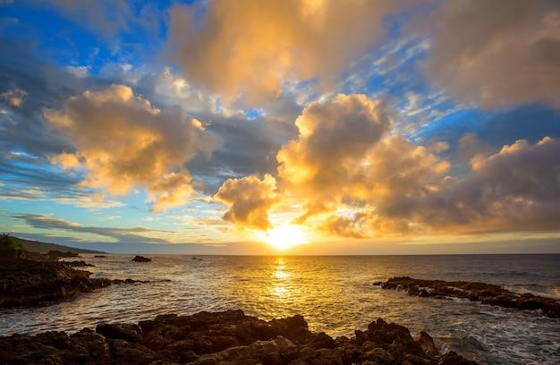 Mooie scène in hawaiiaanse zonsondergang