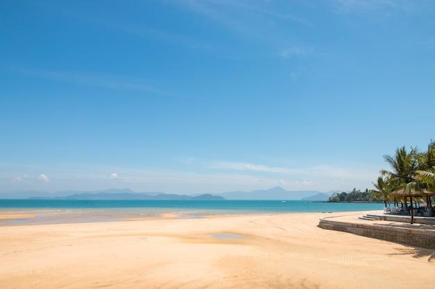 Mooie scène, tropische zee en strand met blauwe hemelachtergrond