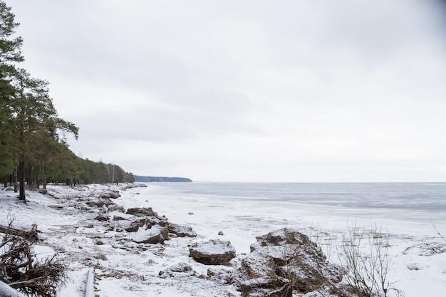 Mooie scène van bevroren meer. mooie witte kerst. golf na een sneeuwstorm.