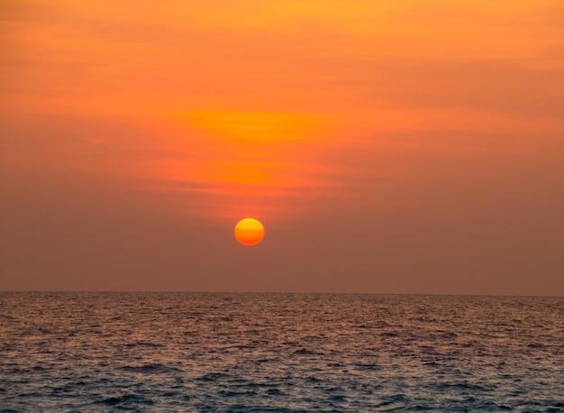 Mooie scène van zonsondergang over de oceaan