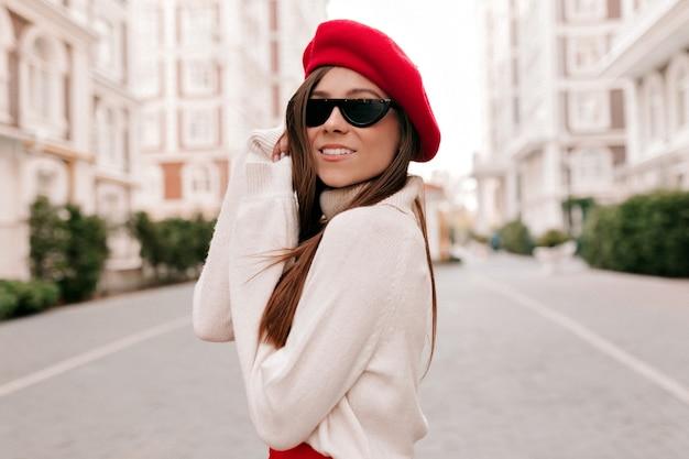 Mooie schattige jonge vrouw met lang haar zwarte bril dragen
