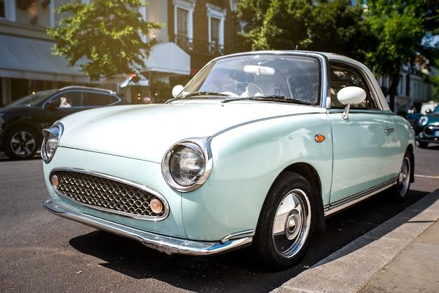 Mooie schattige klassieke blauwe vintage auto
