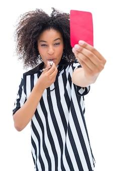 Mooie scheidsrechter die haar fluitje blaast en rode kaart toont