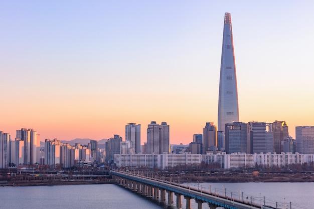 Mooie schemering van de stad van seoel bij zonsondergang en han rivier zuid-korea