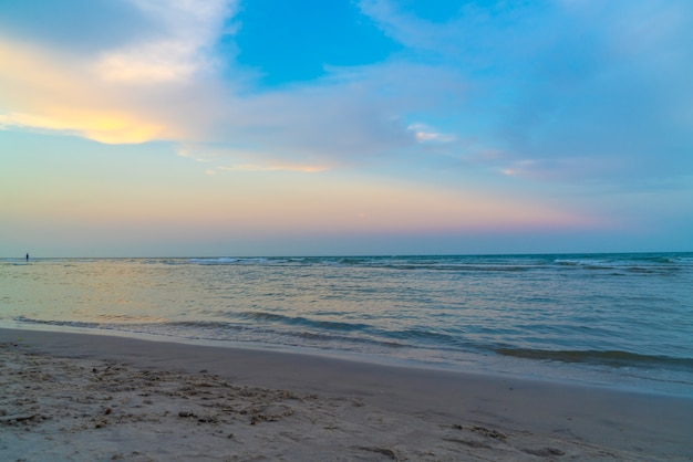 Mooie schemeringhemel met overzees strand