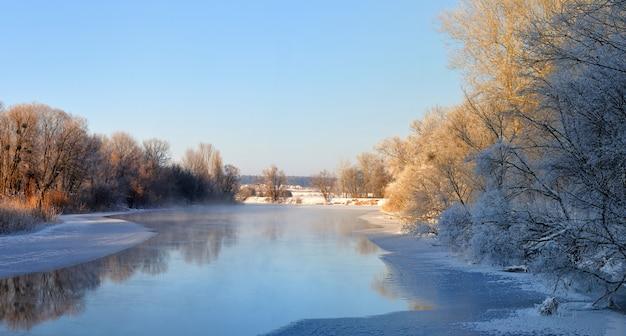 Mooie schilderachtige panorama van lente rivier