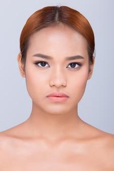 Mooie schone huid aziatische vrouw recht zwart haar met handen armen vingers gezicht pose open schouder glimlach, studio verlichting witte achtergrond kopie ruimte, voor reclame huidverzorging product behandeling